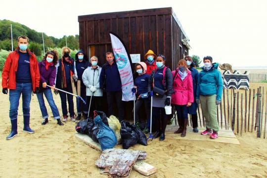 TOTAL VOLUNTEERS GET TO GRIPS WITH BEACH CLEAN